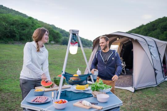 escolher iluminação para acampar decathlon