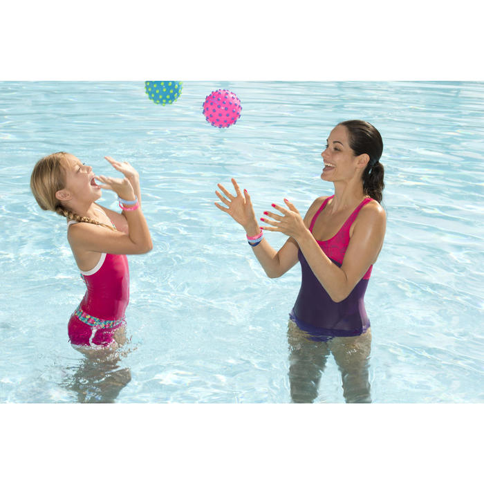 Kleine waterbal Funny Ball roze met paarse nopjes