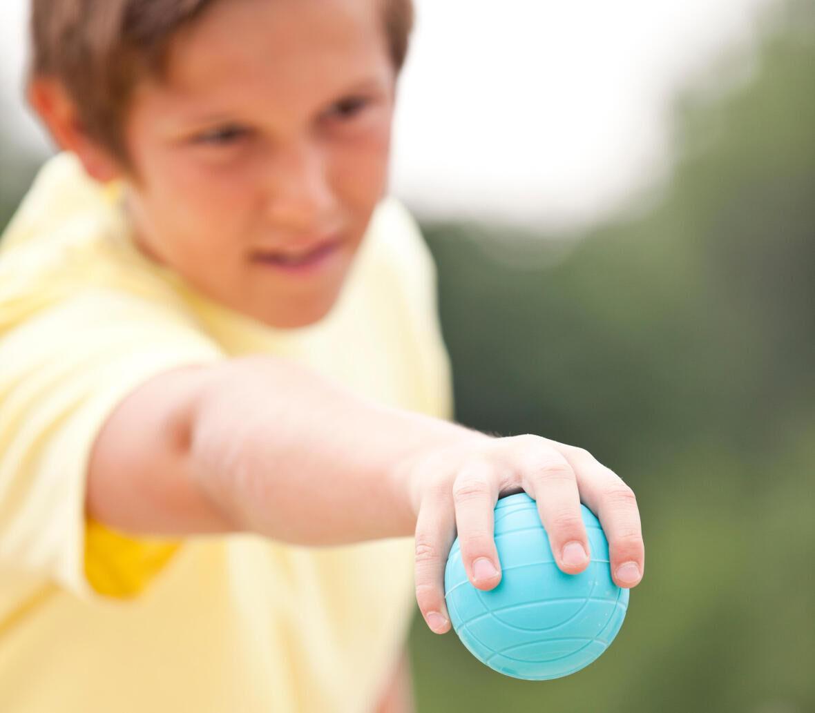 pétanque-jeune-enfant-concentration