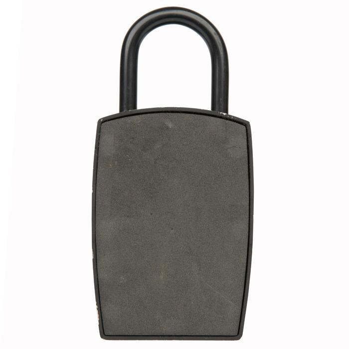 Minikluisje met code om een sleutel veilig op te bergen.