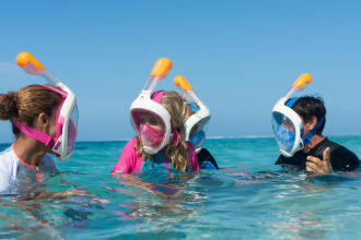 Kinderen oefenen snorkelen