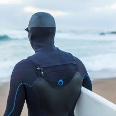 cagoule amovible sur combinaison de surf