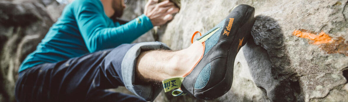 gros plan sur une chaussure d'escalade à l'exterieur