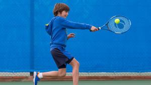 小孩打網球