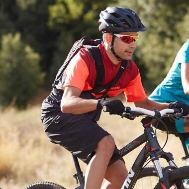 Ausrüstung zum Mountainbiken: welche Jacke bei warmem Wetter?