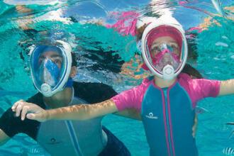 Jeunes pratiquant snorkeling