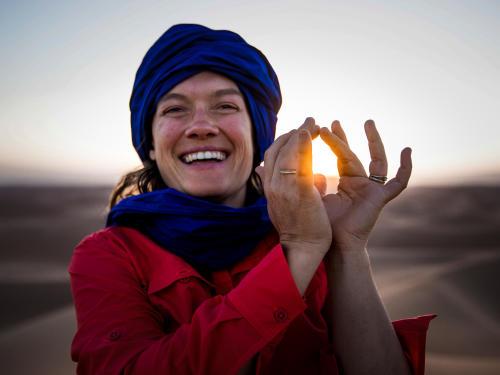 Sophie à l'assaut des dunes du Sahara