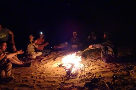 bivouac desert feu de camp