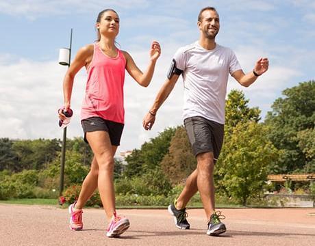 conseils-marche-sportive-vs-marche-nordique-couple