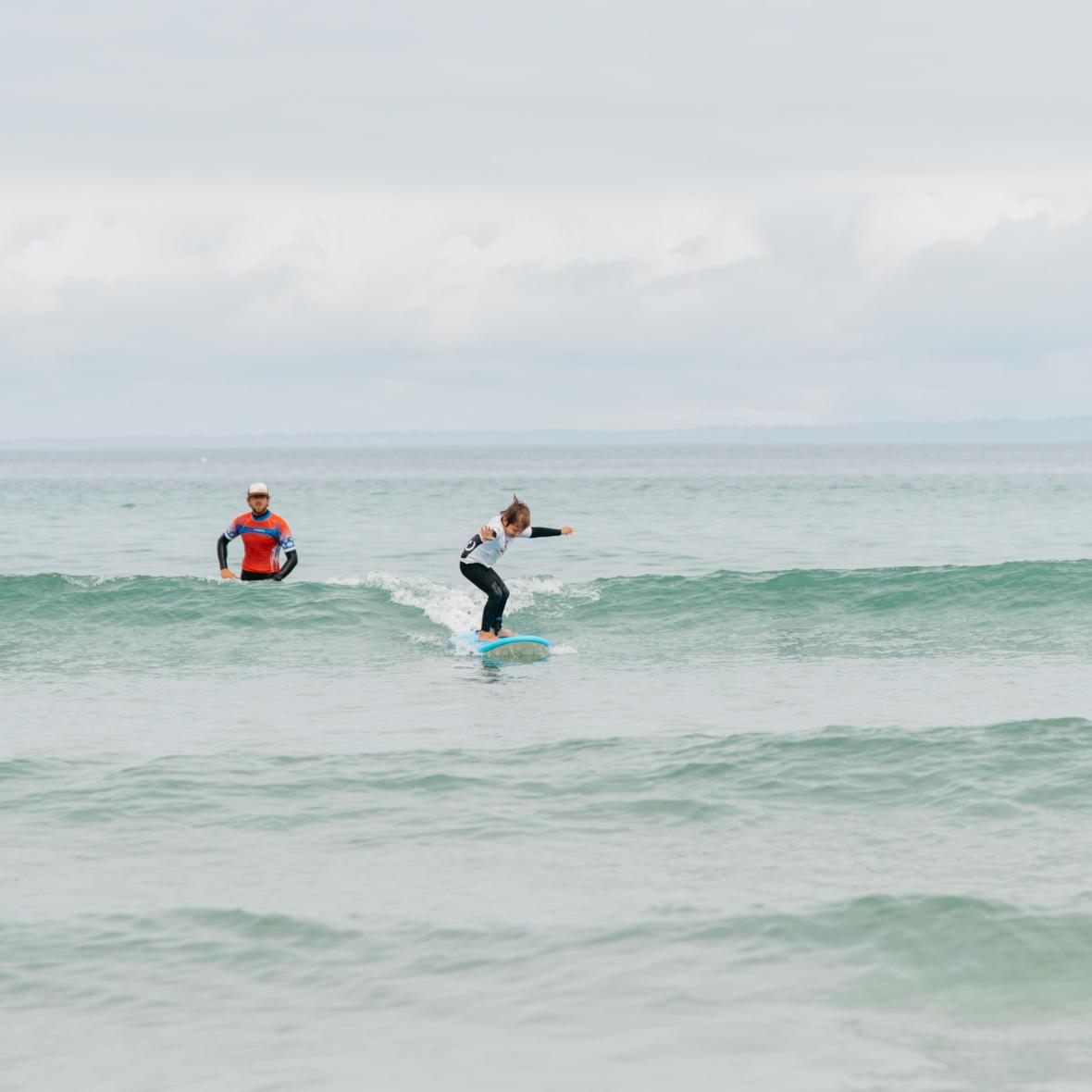 cours de surf avec son enfant