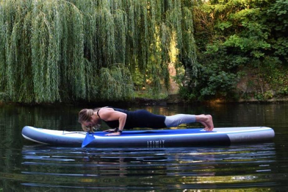 stand-up-paddle-yoga-5_posture_du_baton_a_quatre_pieds