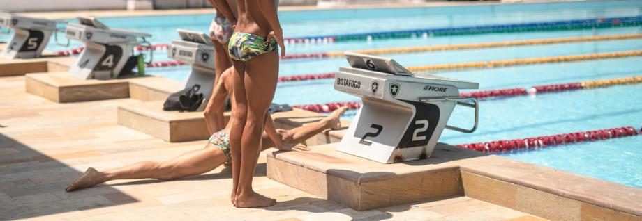 Thiago, Fabiano et Kennedy du club Fluminense de Rio nagent avec Margaux, leader natation artistique chez DECATHLON.