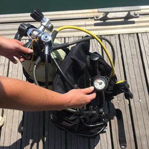 A verificação da pressão com manómetro da garrafa de mergulho