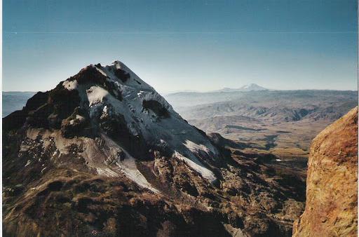 L'Illiniza sud depuis le sommet « nord » et le Chimborazo au loin rando trek