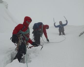 groep-alpinisme-slecht-weer-bergen