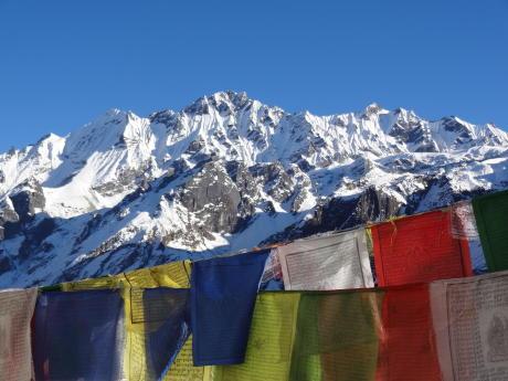 nepal trek drapeaux prieres