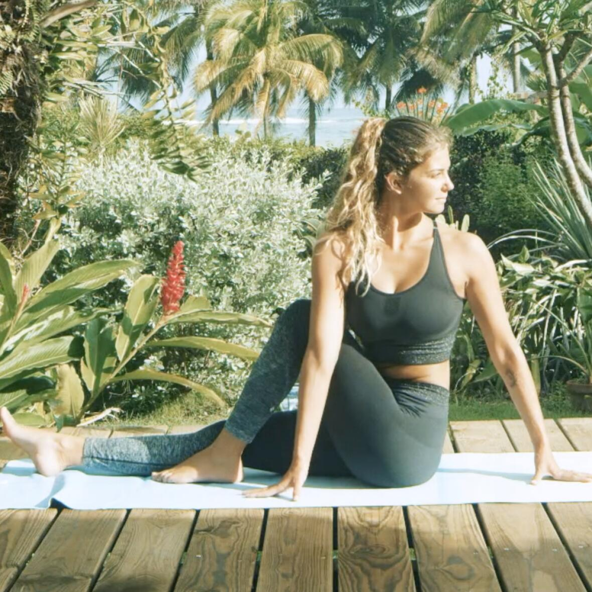 posture torsion assise yoga pour surfeurs