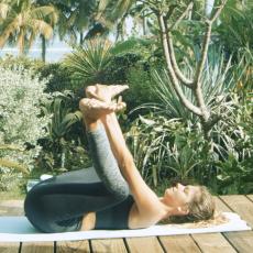 posture du bebe heureux yoga pour surfeurs