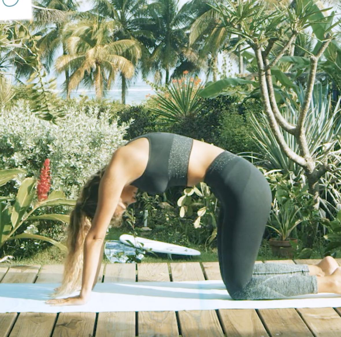 posture chat dos rond dos creux yoga pour surfeurs