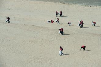 afval opruimen op het strand