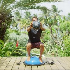 squat avec medecine ball avec bosu
