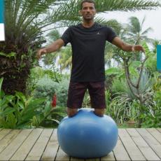 genoux sur le swiss ball équilibre