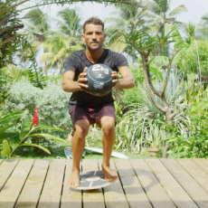 squat avec medecine ball sur balance board