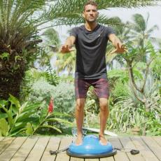 equilibre sur bosu board surfeurs