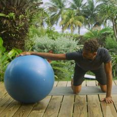 étirement des bras surfeurs avec swiss ball