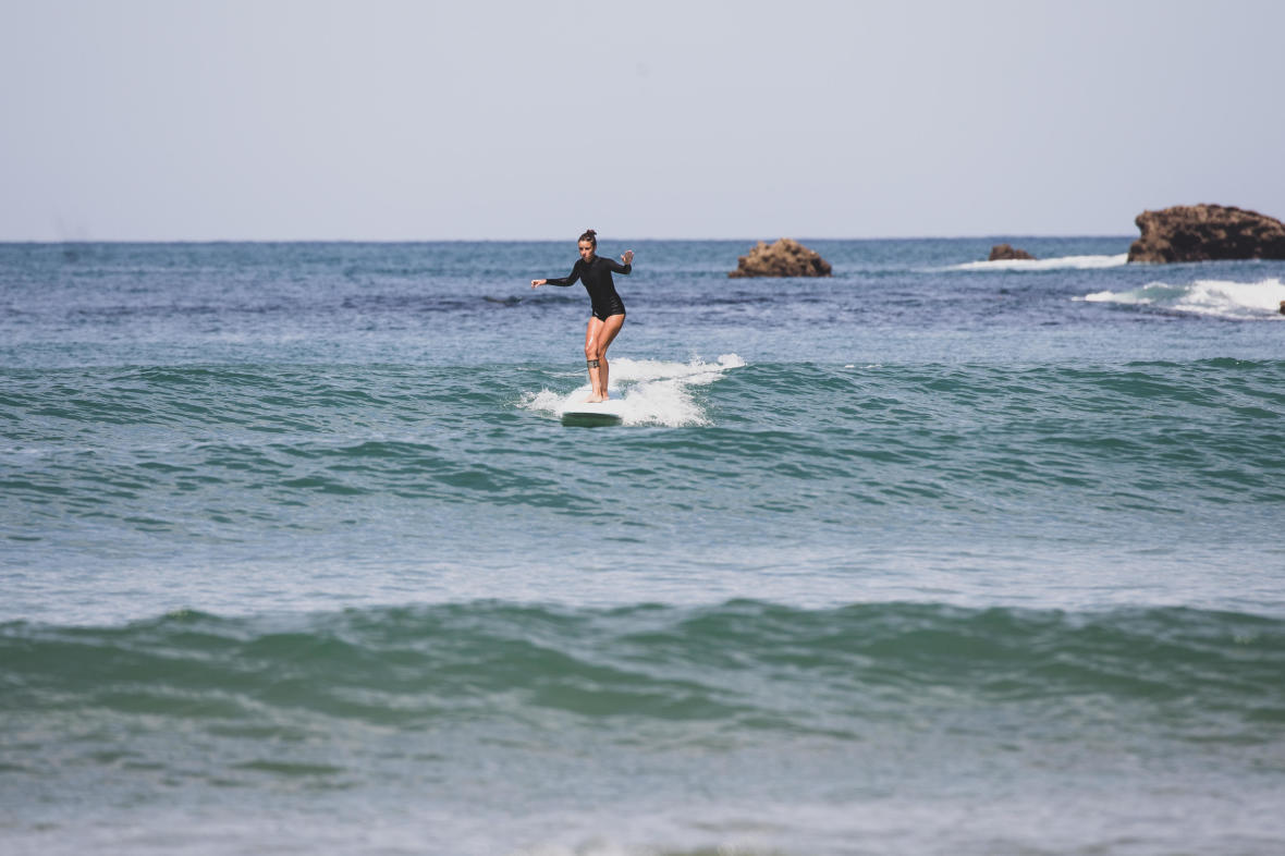 glisse sur la vague avec une planche de surf en mousse noserider