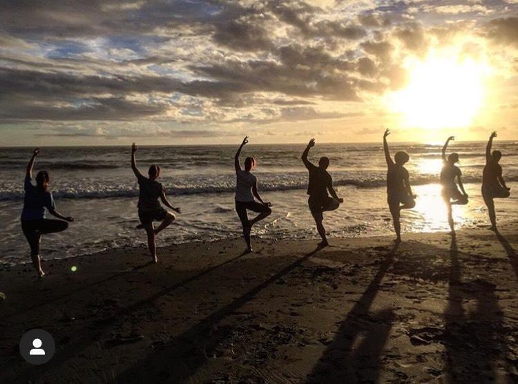 海邊做瑜珈