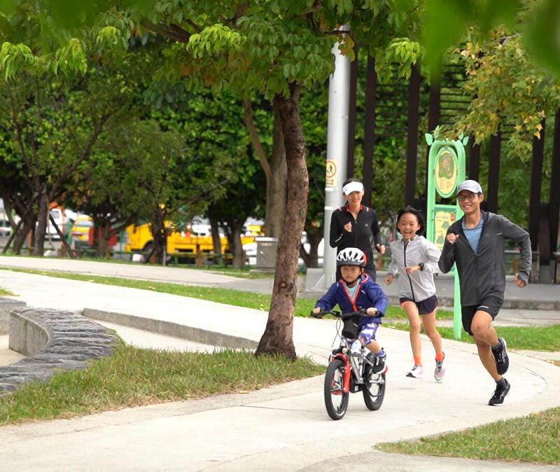 和孩子一起跑步