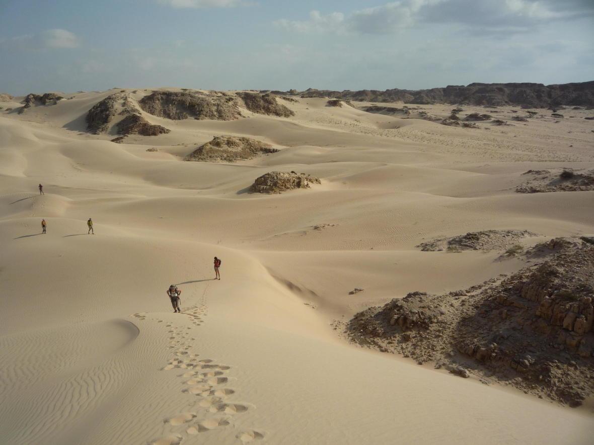 marche dans le désert de wahiba à oman