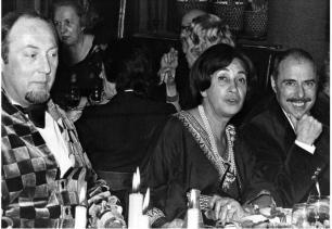 La princesse d'Ouezzan en compagnie du peintre François Boucheix (à sa droite) et d'un des « Frères Jacques » (à sa gauche)