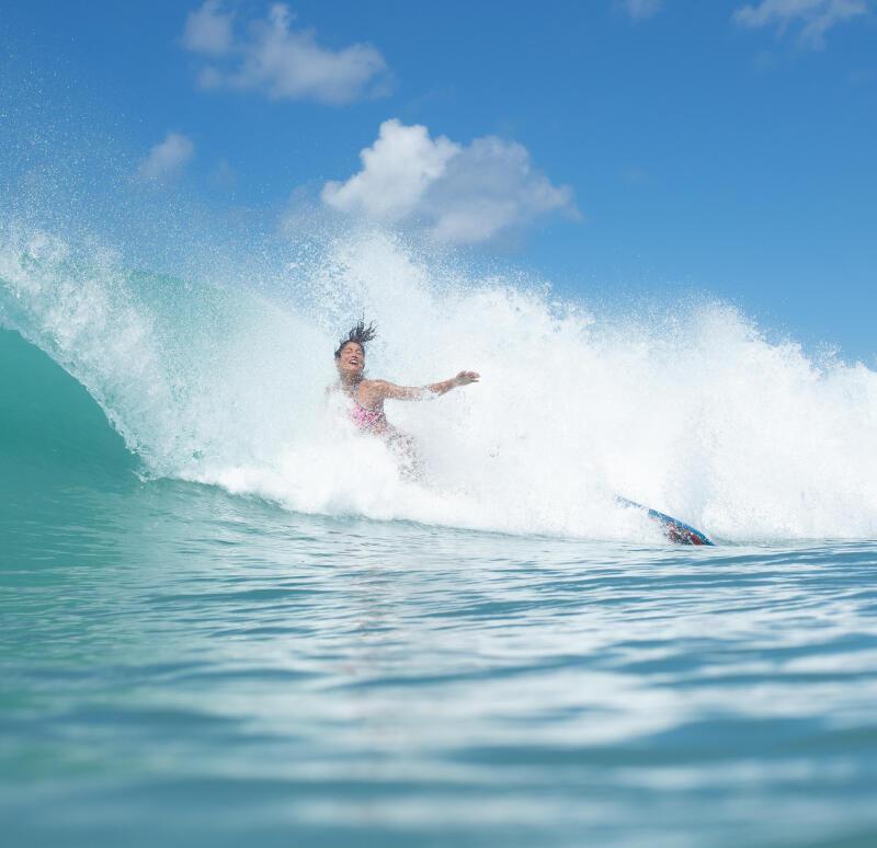 femme qui chute en surf a genou