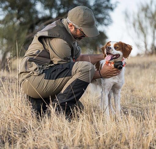 homme qui chasse avec son chien