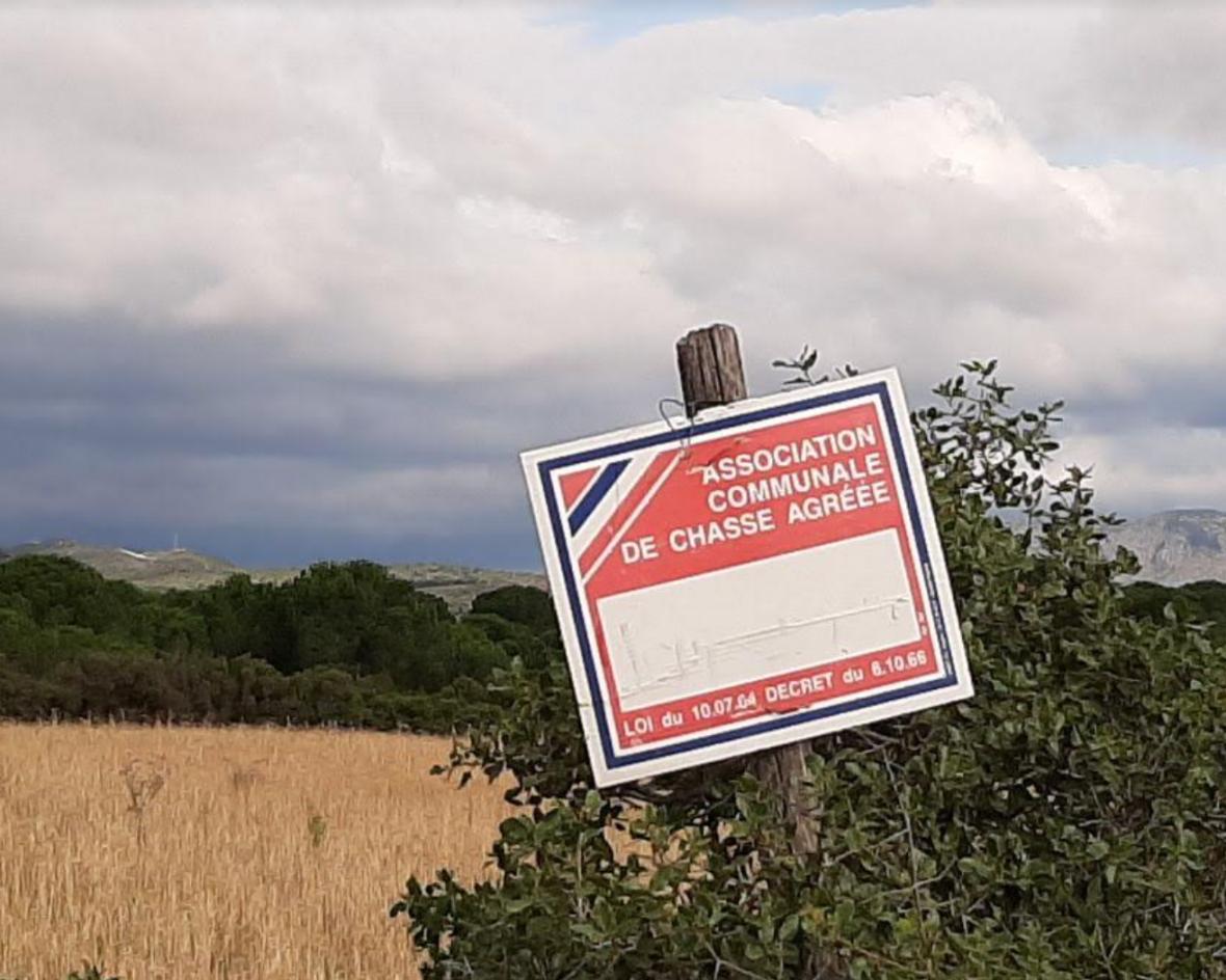 Un panneau sur le territoire de l'ACCA de Peyrestores
