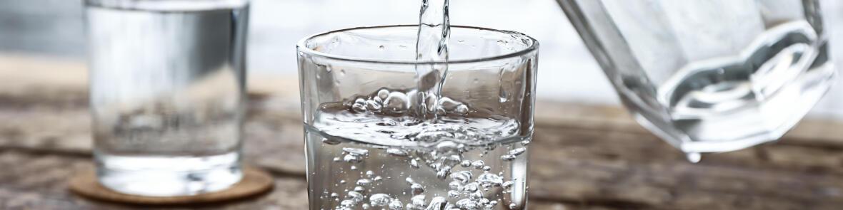 Gros plan sur un verre qui se remplit d'eau