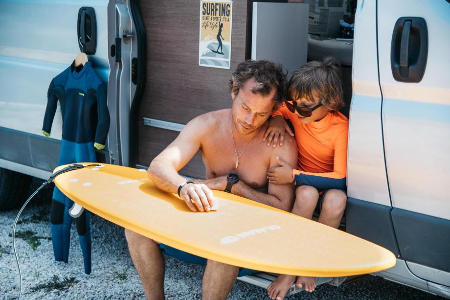 un père et son fils en van surf trip
