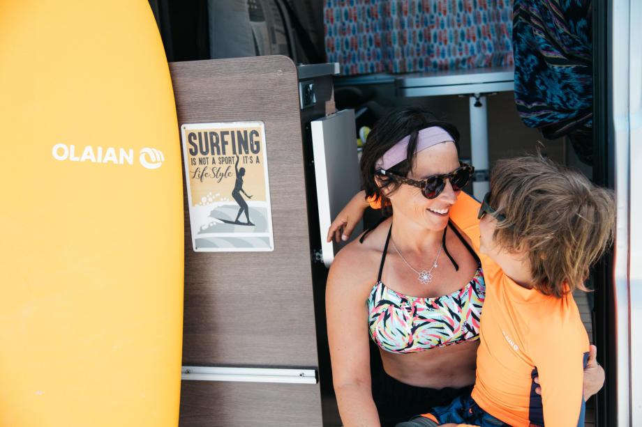 maman et enfant en van surf trip