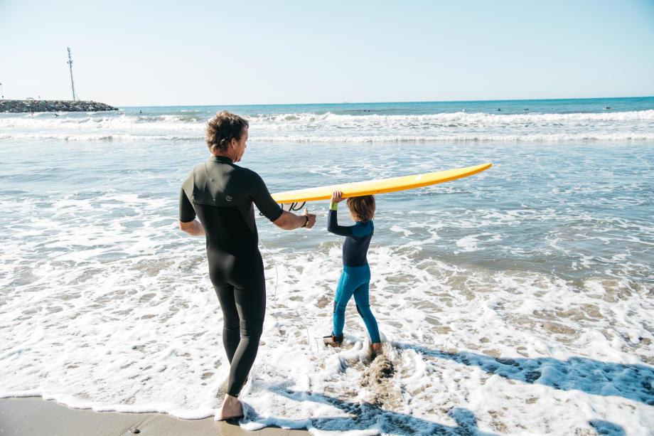 papa et enfant surfeurs