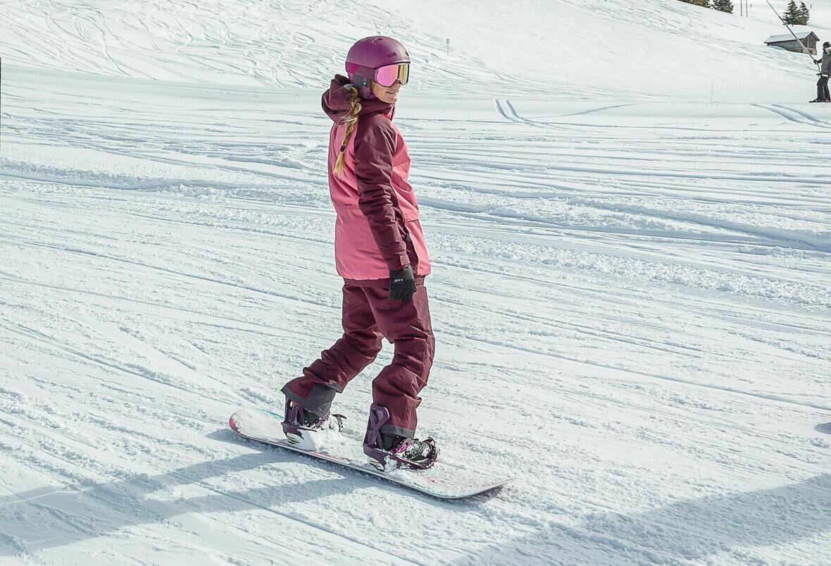 femme sur une planche à neige