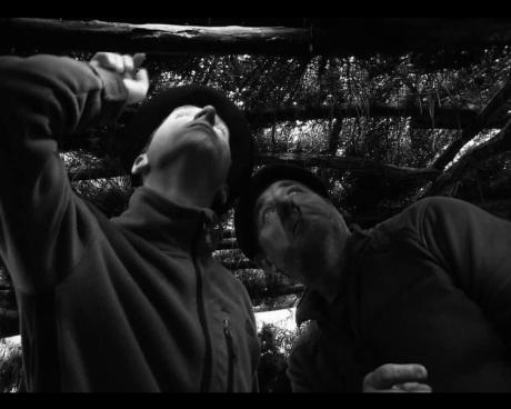 Julien et son collègue observent les palombes qui passent dans le ciel