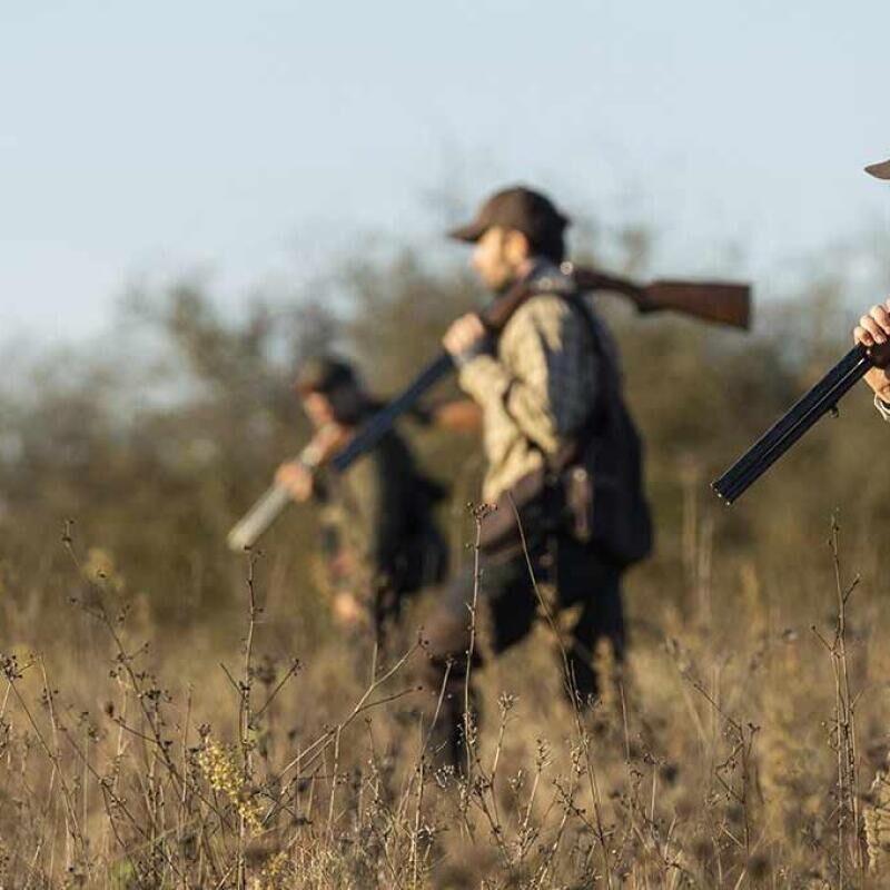 femme et homme qui chassent