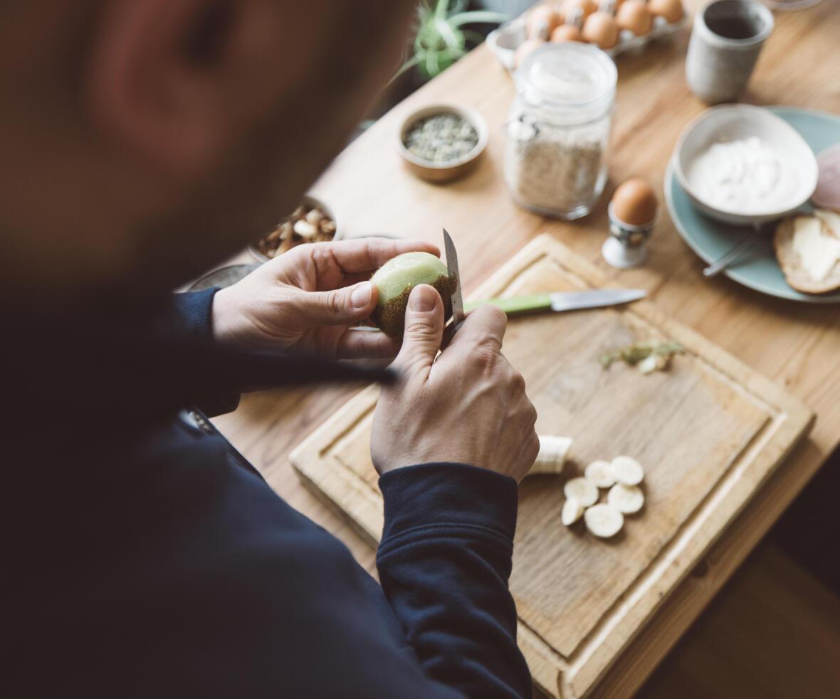 Chrononutrition homme prépare petit déjeuner