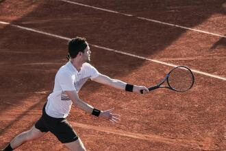 Cum să îți îmbunătățești lovitura de pe partea dreaptă, în tenis