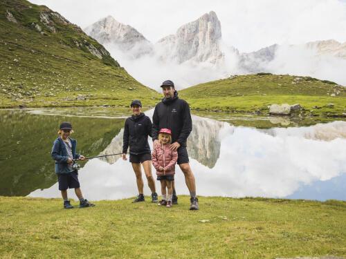 Family hike at the Ansabère Lake!